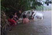 Walka z żywiołem... już cztery razy woda zatopiła moją łódź. Teraz w Peru jest lato, czyli pora deszczowa.