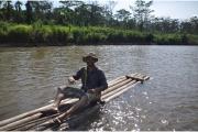 """Przeprawa małą tratwą """"balsa"""" przez rzekę Mamiri w drodze do Tiboreni – jednego z aneksów Cutivireni"""
