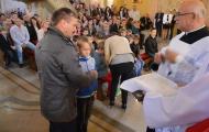 Wręczenie różańcy dzieciom przygotowującym sie do I Komuni Świętej